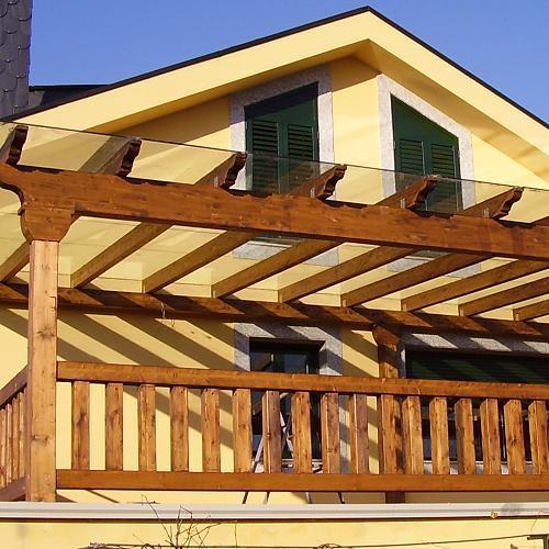 Porche de madera laminada extremo de vigas con canecillo for Tejados de madera para porches