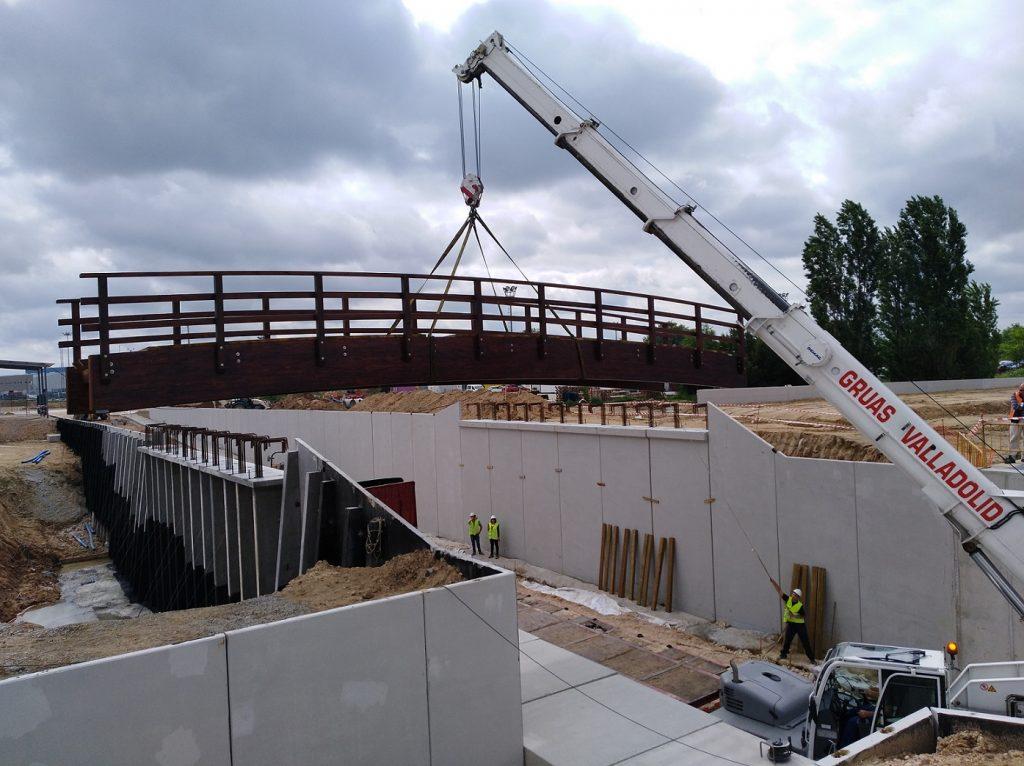Instalación de pasarela de madera de 15 metros.